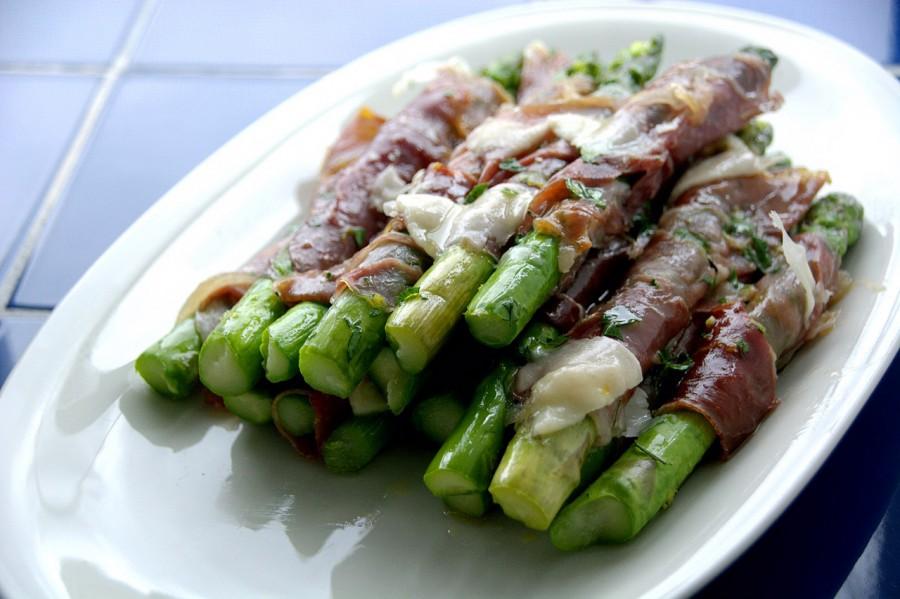 asparagus and prosciutto on plate-italy on my mind